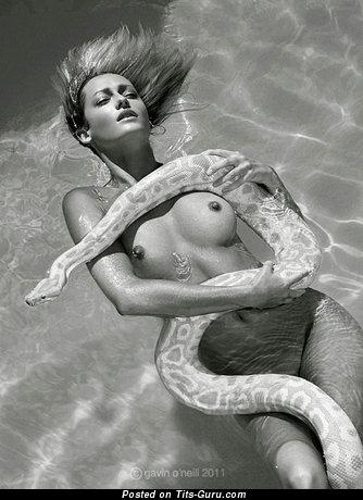 Фотография умопомрачительной раздетой женщины с среднего размера сисечками