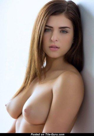 Прелестная раздетая красотка (порно фото)