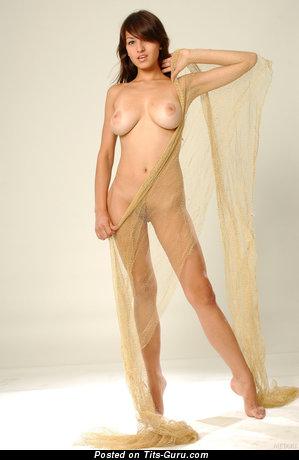 Изображение. Sofi A - фото горячей брюнетки топлесс с среднего размера натуральными дойками