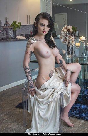 Изображение. Фотография красивой раздетой брюнетки с большими дойками, пирсингом и тату