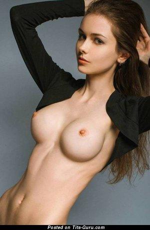 Изображение. Фотка умопомрачительной голой брюнетки с натуральными дойками, большими сосками