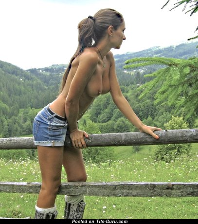 Модель с эффектными обнажёнными натуральными среднего размера титями (порно картинка)