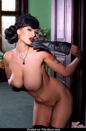 Изображение. Domino - фото невероятной голой брюнетки с огромными натуральными дойками, большими сосками