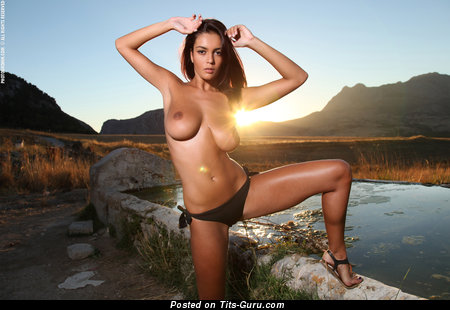 Ela Savanas - naked beautiful lady with big natural tittys pic