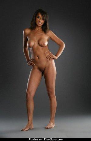 Изображение. Фотография шикарной раздетой девахи с среднего размера дойками