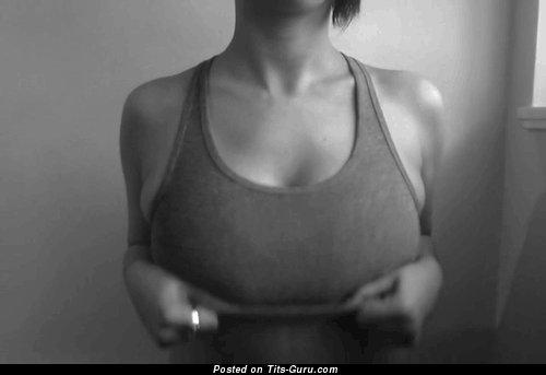Gif-анимация сексуальной обнажённой девахи с большими натуральными сисечками