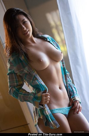 Daisy Haze - naked brunette with medium natural tittys picture
