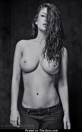 Alice Sey - фото офигенной рыжей топлесс с среднего размера натуральными дойками