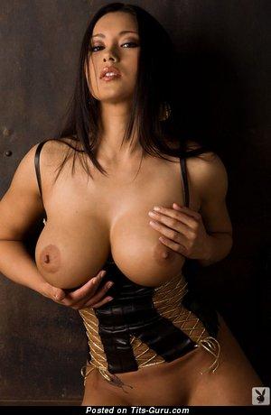 Изображение. Julri Waters - изображение невероятной голой брюнетки азиатки с средней грудью