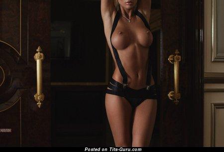 Изображение. Фотография офигенной обнажённой модели с большими силиконовыми сисечками