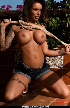 Изображение. Gemma Massey - картинка горячей обнажённой брюнетки с большими сисечками, тату