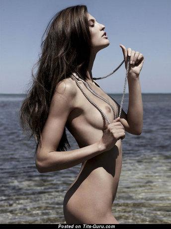 Тёлка с супер голой натуральной среднего размера грудью на пляже (секс фото)