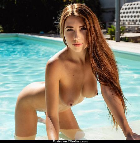 Красотка с эффектными голыми натуральными средними дойками (18+ изображение)