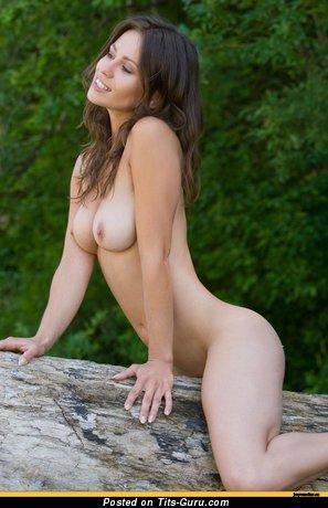 Изображение. Фотография восхитительной раздетой леди с средними натуральными дойками