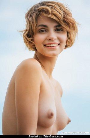Изображение. Изображение красивой блондинки топлесс с средними натуральными сиськами, большими сосками