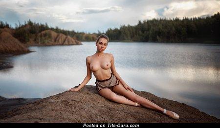 Красотка с крутым голым натуральным бюстом (hd эро изображение)
