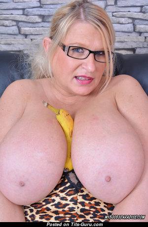 Samantha Sanders - Sweet British Blonde Pornstar with Sweet Open Real Mega Melons & Giant Nipples (on Public 4k Porn Foto)