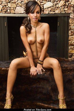 Изображение. Фотография умопомрачительной раздетой женщины с натуральной грудью