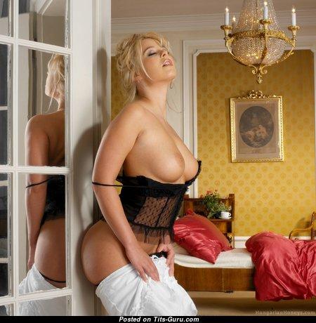 Блондинка с офигенными обнажёнными натуральными сисечками (hd эро изображение)