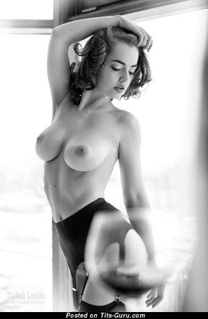 Красотка с супер обнажённой натуральной среднего размера грудью (секс фотка)