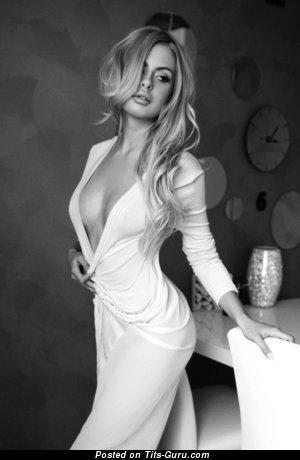 Изображение. Фото шикарной голой девахи с натуральной грудью