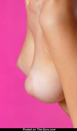 Изображение. Фотка красивой голой девахи с среднего размера натуральными сисечками