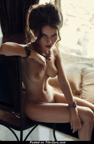 Изображение. Фотка невероятной раздетой леди с натуральными сиськами