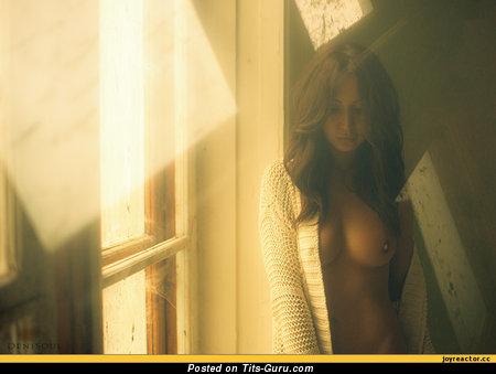 Изображение. Изображение красивой обнажённой модели с среднего размера натуральными сиськами