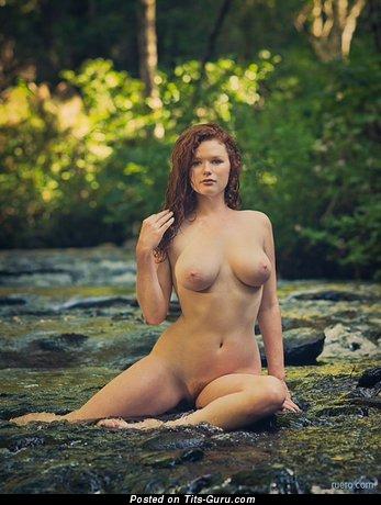 Изображение. Изображение шикарной обнажённой женщины с большими натуральными дойками