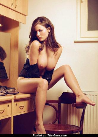 Изображение. Фото красивой обнажённой брюнетки с большой грудью