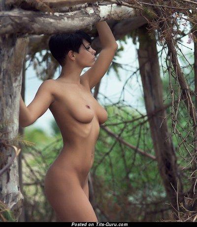 Изображение. Фотография горячей раздетой брюнетки