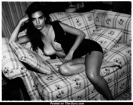 Изображение. Картинка восхитительной голой модели с среднего размера натуральными сисечками