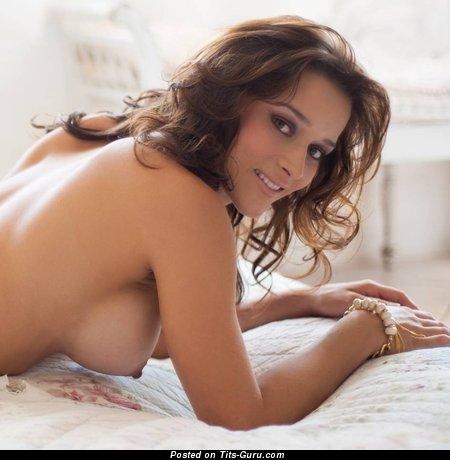 Изображение. Фото умопомрачительной обнажённой брюнетки с средними натуральными сиськами