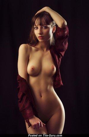 Изображение. Картинка красивой раздетой модели с натуральной грудью