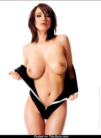 Топлесс брюнетка красотка с супер обнажённым натуральным среднего размера бюстом раздевается (hd порно фотография)