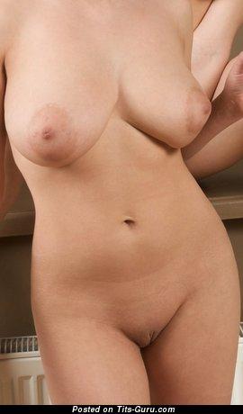 Изображение. Фото шикарной раздетой женщины с среднего размера натуральными сиськами