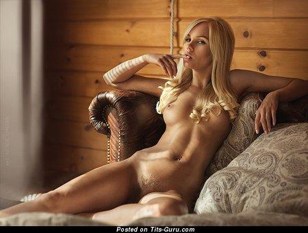 Изображение. Фотка горячей голой девахи с среднего размера натуральными сисечками