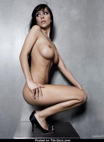 Jennifer Henschel - фотка сексуальной обнажённой брюнетки с средними сисечками