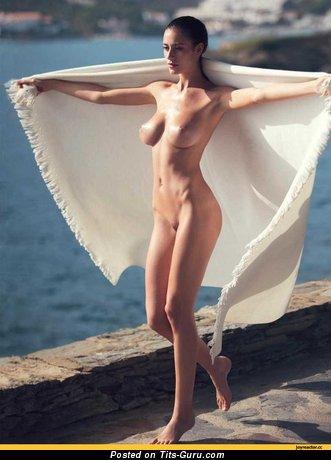 Картинка сексуальной обнажённой леди с среднего размера грудью