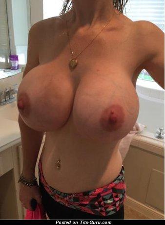 Картинка восхитительной раздетой девушки с огромной грудью