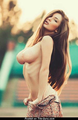Картинка горячей обнажённой девушки с натуральными сиськами