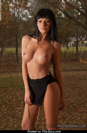Daria - фото офигенной голой брюнетки с средней грудью