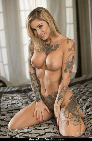 Handsome Undressed Floozy with Tattoo (Xxx Foto)