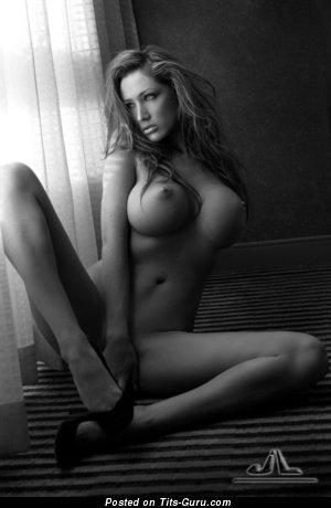 Изображение. Фотка умопомрачительной раздетой женщины с большой силиконовой грудью