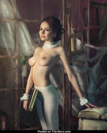 Фотография горячей раздетой тёлки с средней натуральной грудью