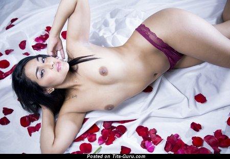 Изображение. Изображение горячей раздетой брюнетки азиатки с маленькой натуральной грудью
