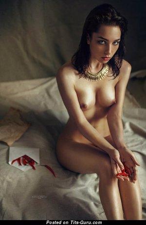 Изображение. Картинка обалденной раздетой брюнетки с натуральными сиськами