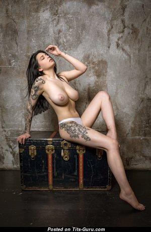 Евгения Таланина: брюнетка красотка с эффектными голыми натуральными сиськами,пухлыми ореолами,сексуальными ногами в трусах (hd секс фотография)