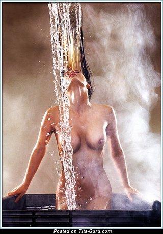 Любовница с красивым обнажённым средним бюстом (эротическая фотка)