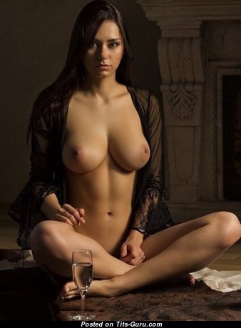 Yummy Babe with Yummy Naked Natural Tight Tit (Sexual Photo)